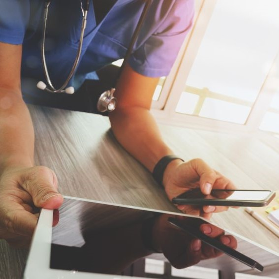 healthtech-digital-health-tablet-doctor-thumbnail